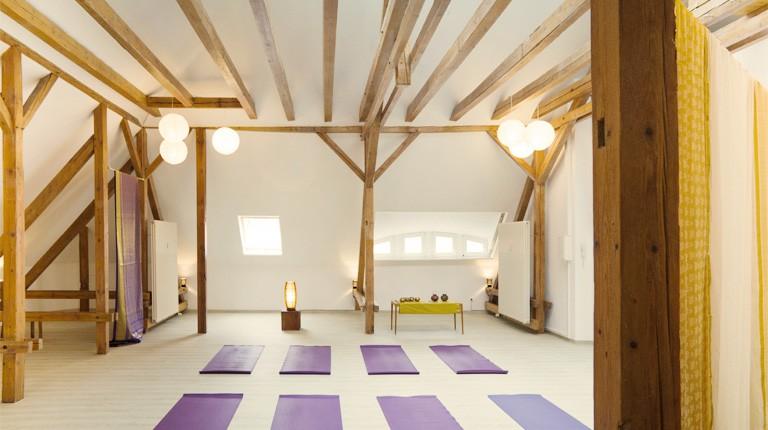 Yogaraum im offenen Dachstuhl
